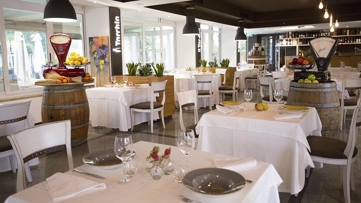 https://www.ristoranteiltorchio.com/images/ristorante/tavoli-della-sala.jpg